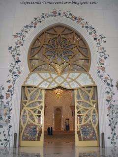 Puerta en el interior de la Mezquita Sheikh Zayed o Gran Mezquita de Abu Dhabi