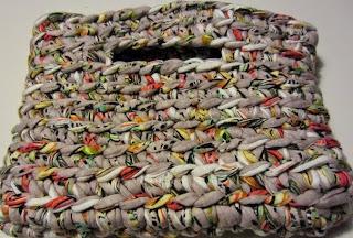 http://rojopimiento.blogspot.com.es/2013/04/bolso-de-trapillo-sin-costuras-o-como.html