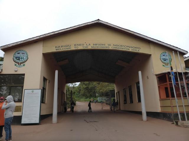 Entrada al área de conservación del cráter del Ngorongoro
