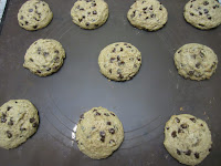 Cookies aux pépites de chocolat, recette de la box de Pandore, cookies à la sortie du four sur plaque de cuisson avec feuille de silicone