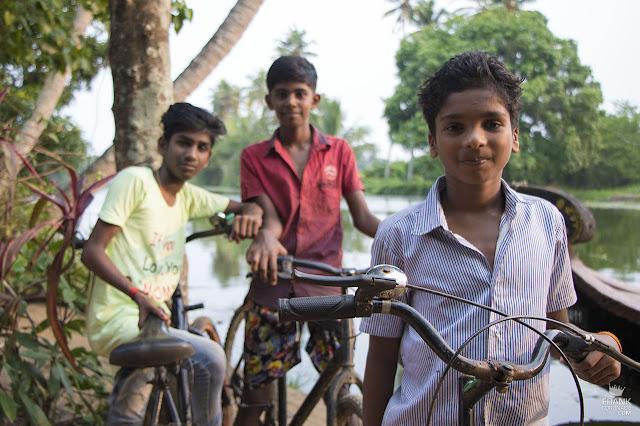 ninos de kerala en bicicleta