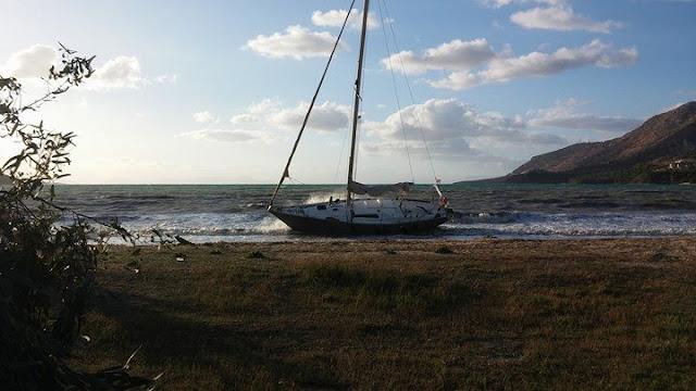 Ιστιοφόρο προσάραξε στην παραλία της Πλαταριάς (+ΦΩΤΟ)