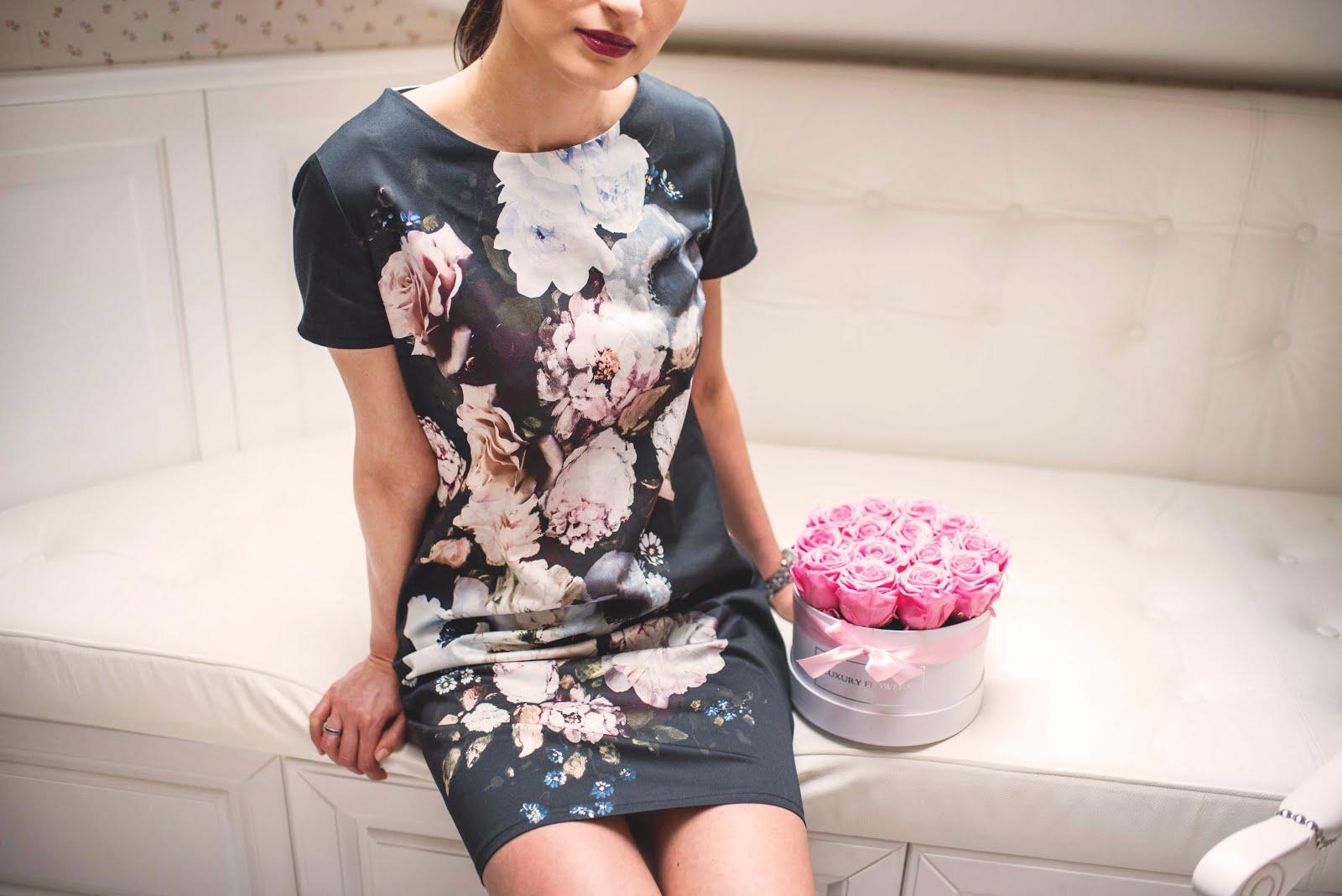 68d38595af Mała Czarna i Kwiaty   koktajlowa sukienka w stylizacji
