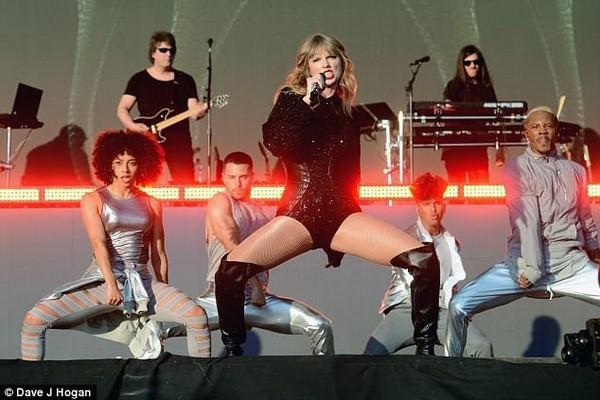 Taylor Swift sexy tự tin khoe dáng bên dàn vũ công nam đầy cơ bắp