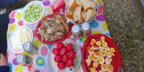 Μαγειρίτσα, αρνί, τσουρέκι - Πόσες θερμίδες έχουν τα φαγητά του Πάσχα