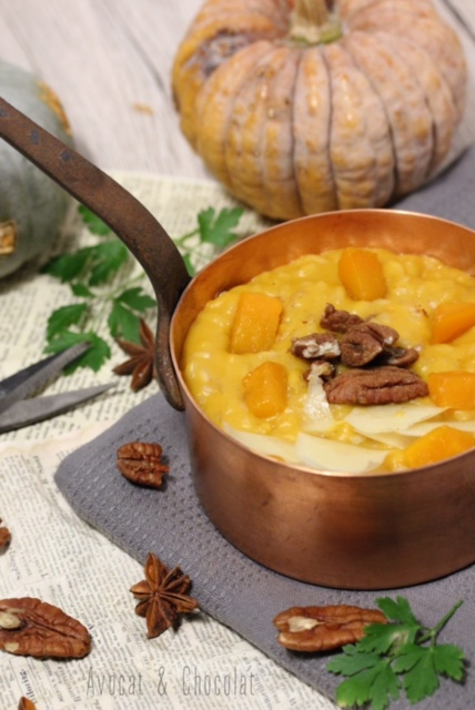 """alt=""""risotto à la courge servi dans une casserole en cuivre et petites courges en déco"""""""