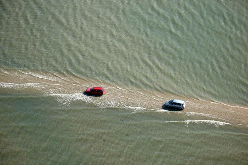 Este camino francés es transitable solamente dos veces al día, entonces desaparece bajo 4 metros de agua