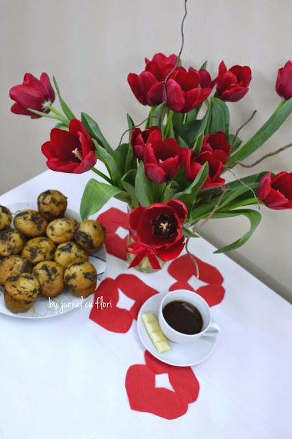 buchet lalele rosii, cafea si prajitura de post