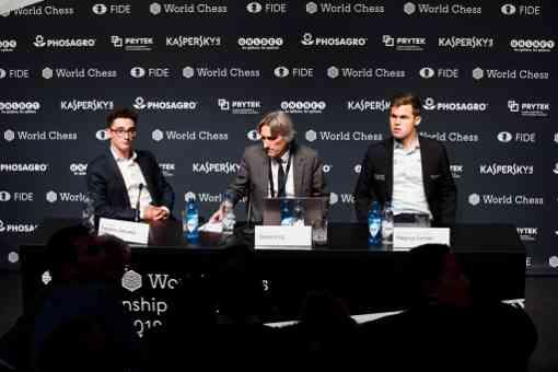 La conférence de presse de Carlsen et Caruana avec Daniel King au centre
