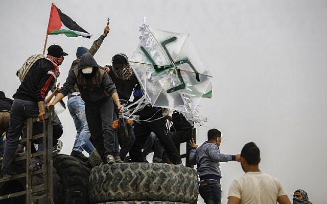 Árabes da palestina usam bombas incendiárias para destruir plantações em Israel