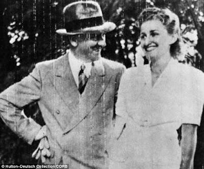 Czarno-białe zdjęcie z lat czterdziestych, Adolf Hitler z Ewą Braun, w tle ogród (?)