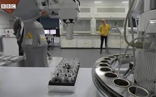 Ερευνητές στη Βρετανία δημιούργησαν ρομπότ-χημικό που κάνει πειράματα για ώρες