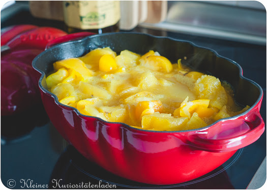 Gelbe Tomaten-Paprikasuppe in der Cocotte