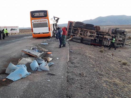 Bus que iba de Villazón a Cochabamba sufre accidente a la altura de Machacamarca