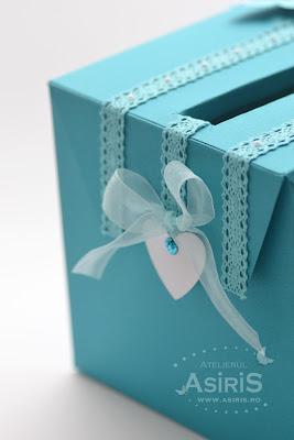 Decoratiuni pentru botez pe cutia de dar su forma de inimi albe cu fundita turcoaz
