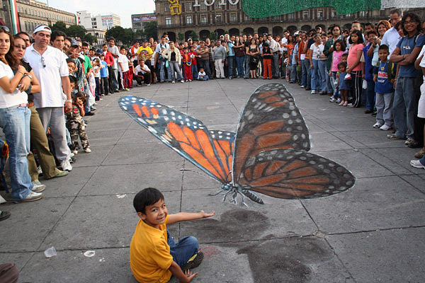 Kaldırım sanatıyla yapılmış kaldırımdaki kelebek resmi