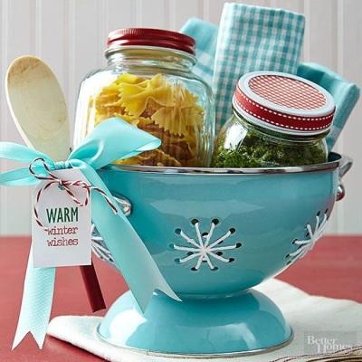 Gunakan sangku nasi sebagai wadah kado, lalu isi dengan berbagai perlengkapan masak atau bahan makanan dalam toples.