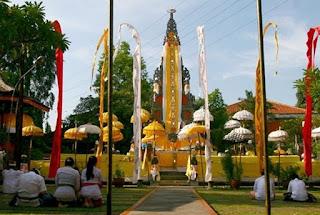 http://www.teluklove.com/2017/05/pesona-keindahan-wisata-pura-aditya.html