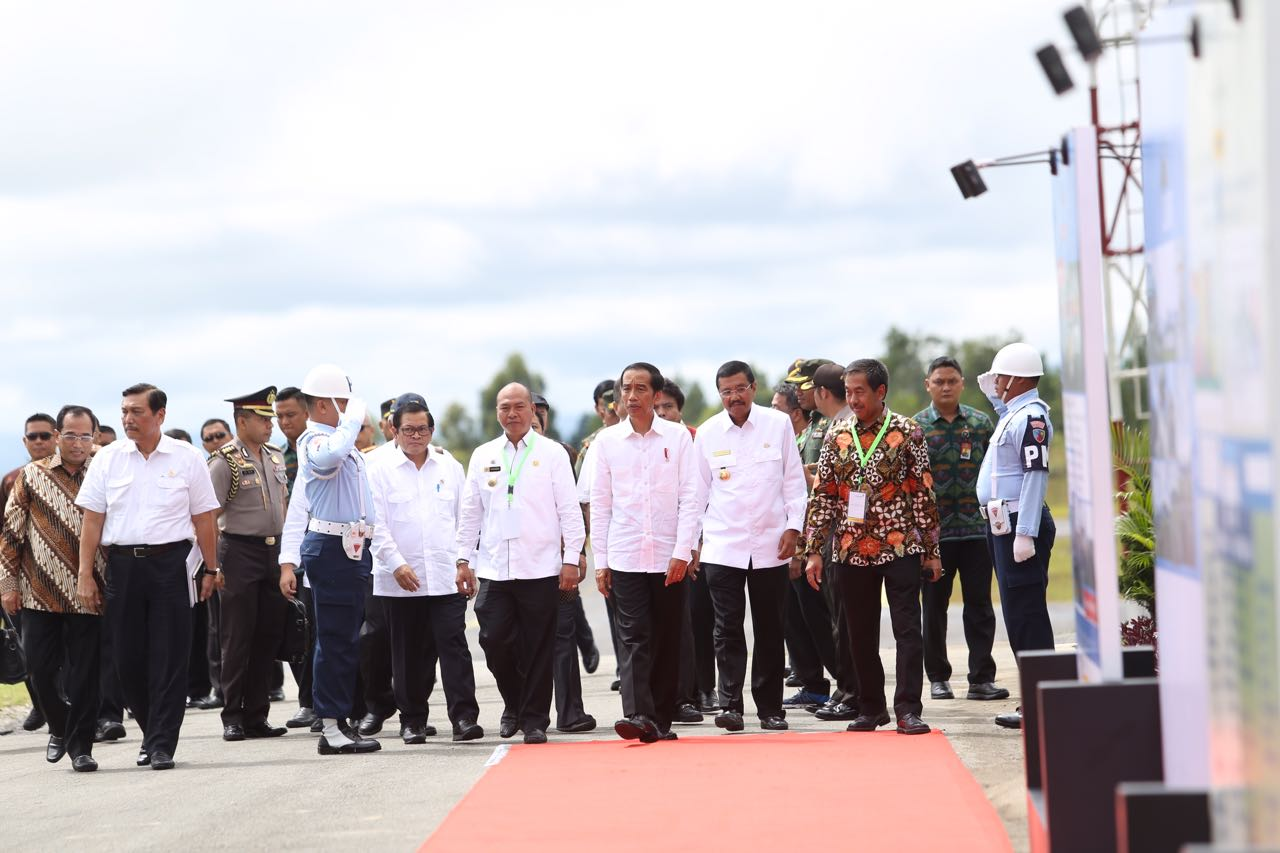 Presiden Jokowi saat di Bandara Silangit
