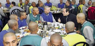 الرئيس يتحدث مع طلبة الكلية الحربية ويشاركهم الإفطار