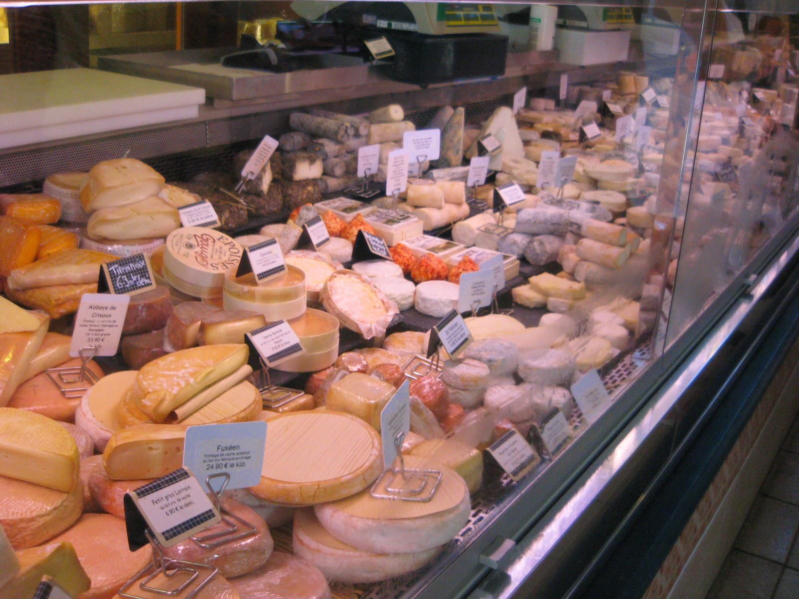 Puesto de quesos en el mercado de San Juan de Luz