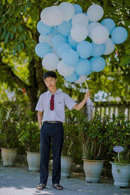 khanh blogger cầm bong bóng
