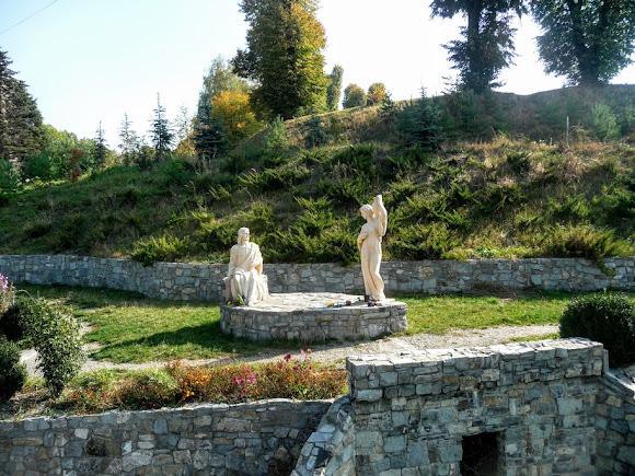 Золочів. Скульптура біля замку