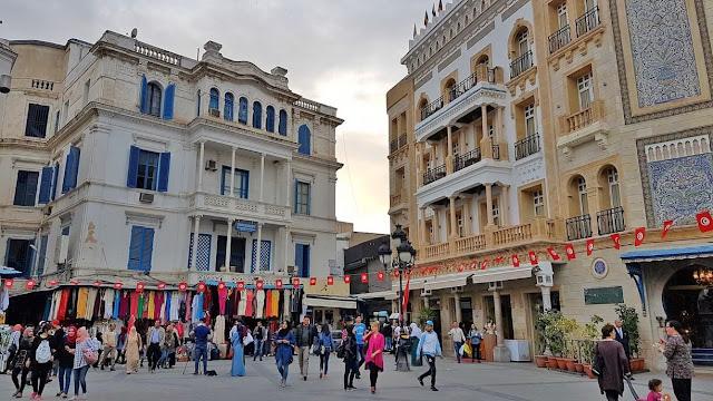 Có nhiều lý do để đến thăm thủ đô của Tunisia. Tunis là nơi có một trong những bảo tàng tốt nhất ở Bắc Phi, Bảo tàng Quốc gia Bardo. Bảo tàng được đặt trong một cung điện tuyệt đẹp và chứa đầy kho báu được tìm thấy tại nhiều địa điểm cổ xưa trên khắp Tunisia. Có nhiều khách sạn ở Tunis, một hệ thống đường sắt giúp bạn dễ dàng tới ngôi làng ven biển tuyệt đẹp Sidi Bou Said, nằm cách đó chỉ 20 phút. Bạn sẽ thấy những tàn tích cổ xưa của Carthage.