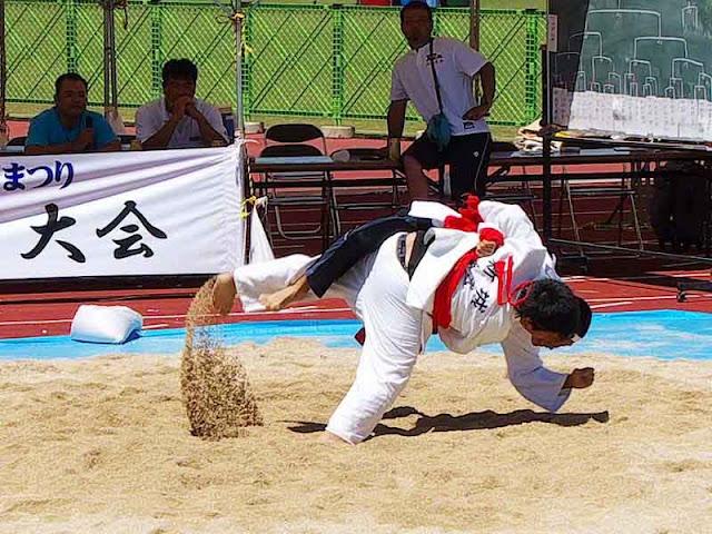 sumo westler taking opponent down