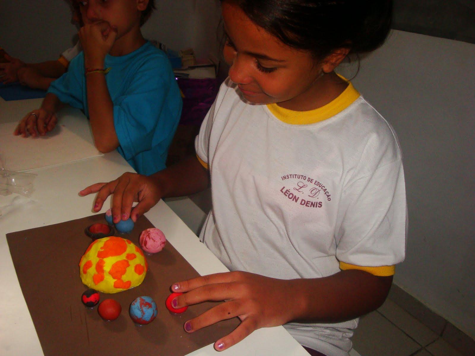 Crianças criam planetas com massa de modelar