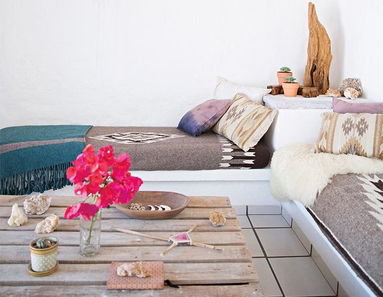 sofa-estilo-bohemio-decoracion-nordia-estilo-boho-bohochic-flores-mesa-palet-blanco