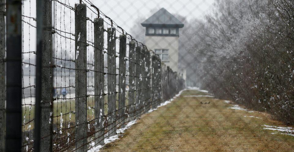 Το ηλεκτρικό, αγκαθωτό σύρμα γύρω από το στρατόπεδο συγκέντρωσης του Νταχάου στη Γερμανία.