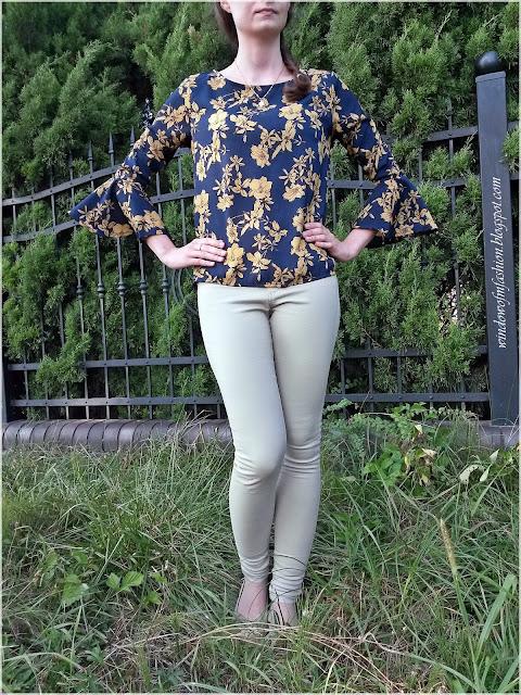 Granatowa bluzka w kwiaty, beżowe spodnie i baleriny, pierścionek