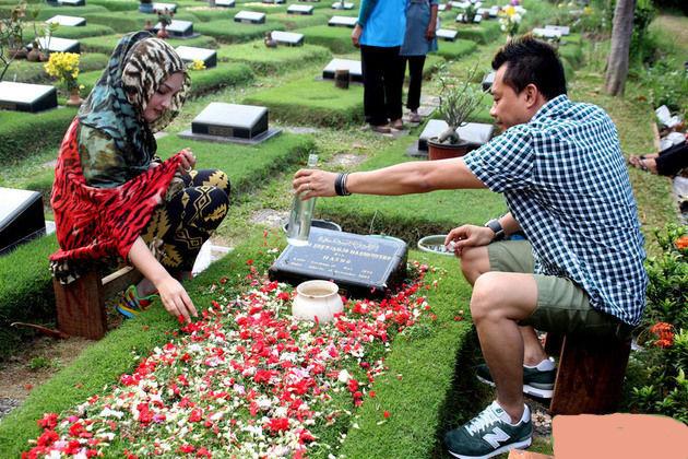 Image result for ziarah ke makam menjelang hari raya lebaran