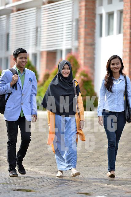 mahasiswa-ubb-berjalan-di-kampus-balunijuk