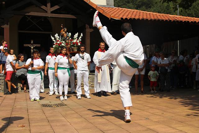 Aurresku de la procesión en las fiestas de El Regato