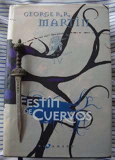 Portada del libro Festín de cuervos, de George R. R. Martin