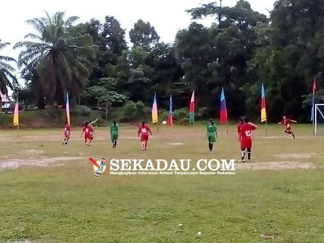 SEKADAU (Kartini Cup) - Laga perempat Final Kartini Cup 2017 yang disponsori Bapak Ir. Tumpal Pardede bekerjasama dengan PSSI kabupaten sekadau yang diselenggarakan dilapangan Ej.Lantu sekadau hilir kian menghadirkan permainan yang menarik untuk disaksikan