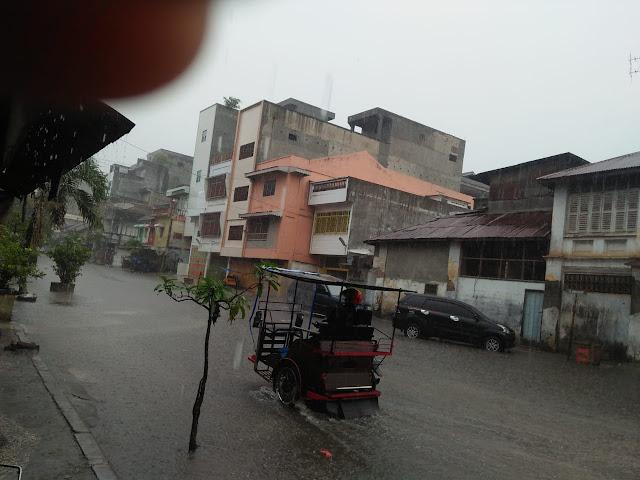 Salah satu ruas jalan protokol di Kota Tanjungbalai yang tenggelam saat hujan turun pada hari Selasa (22/8) siang.