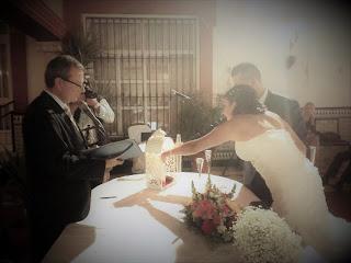 Oficiante de bodas en los salones El Quema, en Albaida del Aljarafe, con el ritual de las velas
