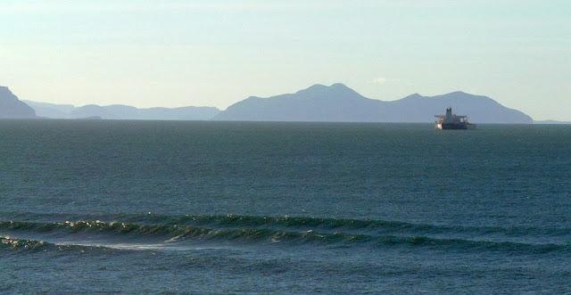 olas solitarias rompiendo en sopelana