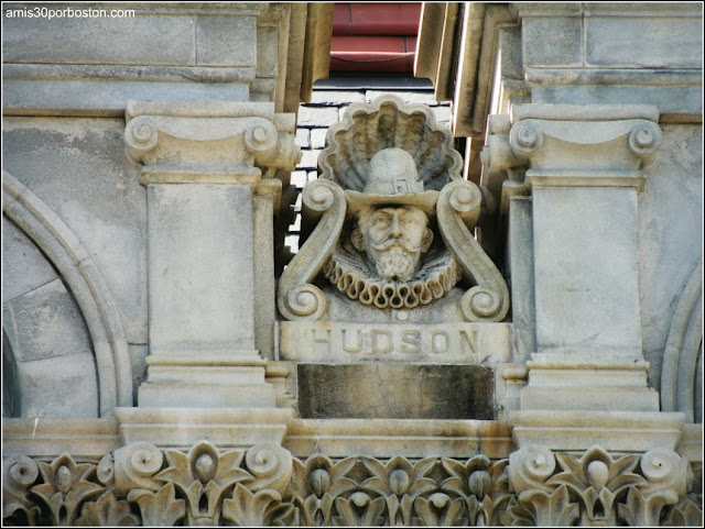 Escultura de Henry Hudson en la Fachada del Capitolio de Nueva York en Albany