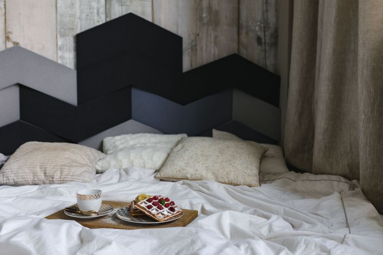 Co powiesić na ścianę przy łóżku?