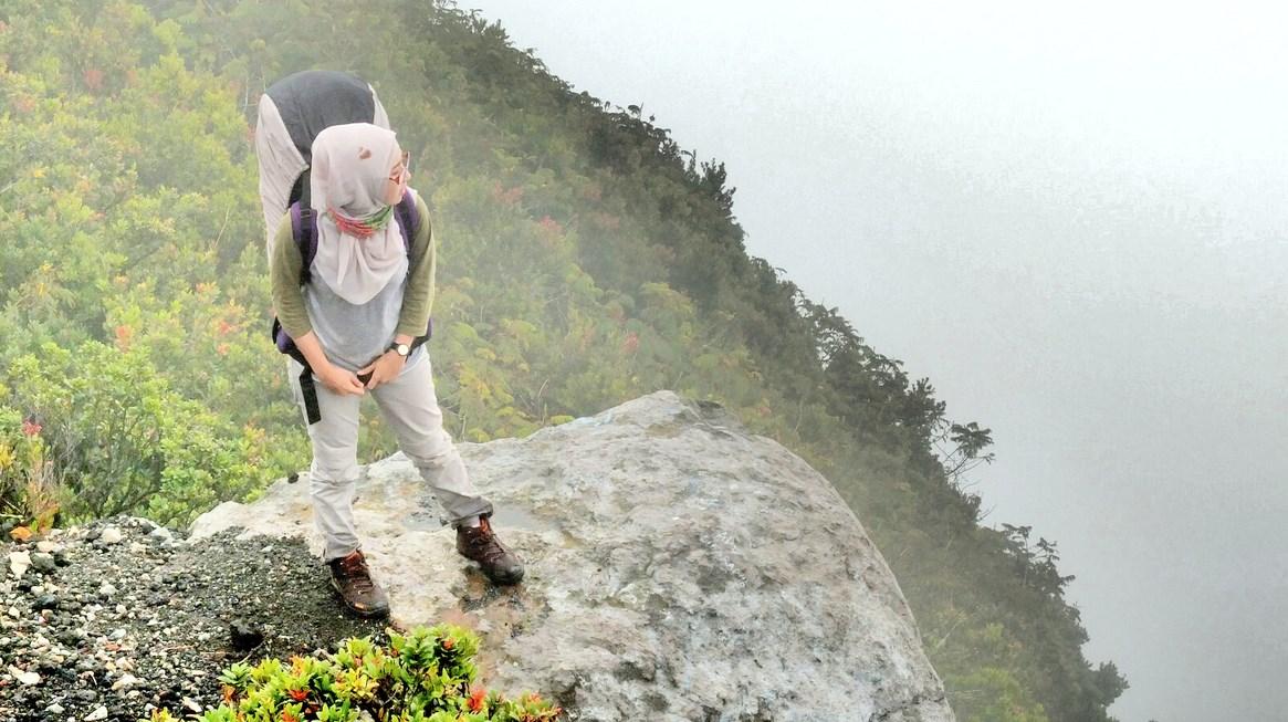 Model cantik hijaber suka mendaki gunung hobi foto dan fashion paling bagus dan indah manis dengan sepatu gunung terbaru