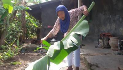 Menabung Selama 25 Tahun, Nenek Penjual Daun serta Tempe Ini Pergi Haji
