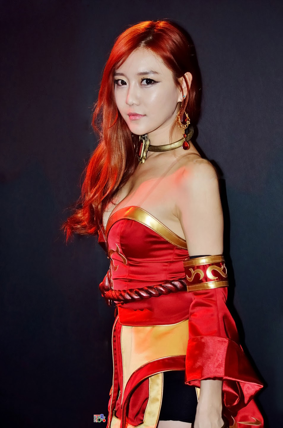 Choi Seul Ki performed in a costume from the DOTA 2 game character, Lina, a female hero agent whose bosom threaten to burst out dangerously besides her other skills.