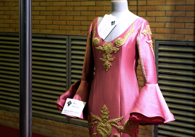 Vestido de satén con aplicaciones doradas