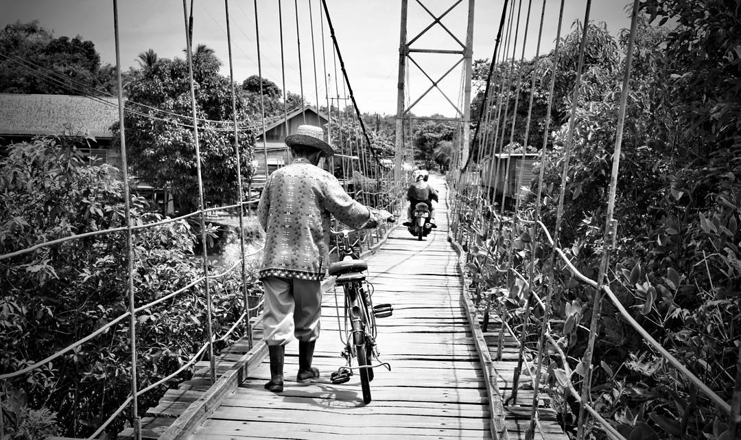 Hitam Putih Jembatan Gantung Desa Talangkah