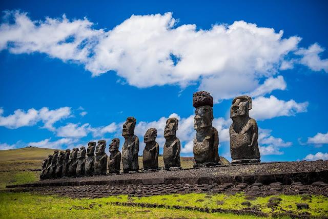 Đảo Phục Sinh mang trong mình những nét lịch sử hấp dẫn nhất của Chile, mặc dù cách đất liền 3.500 km về phía Tây. Hòn đảo xa xôi này đã được sáp nhập vào Chile năm 1888, tuy nhiên cộng đồng Rapa Nui nguyên thủy ở đây đã bị sụp đổ, do những kẻ cướp nô lệ và sự bùng phát dịch bệnh xuất phát từ các tàu bên ngoài đến đảo.