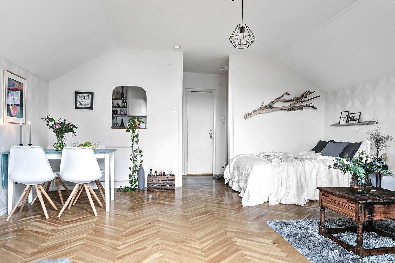salon estilo nordico, ikea, silla eames, cajas madera, cajas fruta, decoracion nordica, cuadro, velas, centro de mesa,